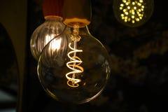 Kilka zaświecali lightbulbs wiesza od sufitu zakończenia up obrazy royalty free