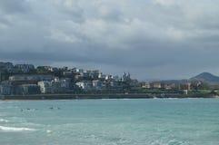 Kilka Zaludniają Ćwiczy kajaka Na plaży losu angeles Concha W San Sebastian Sport podróży natura obrazy royalty free