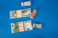 kilka zwitki pieni?dze r??ne waluty na b??kitnym tle zdjęcie royalty free