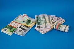 kilka zwitki pieni?dze r??ne waluty na b??kitnym tle fotografia royalty free