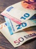 Kilkaset euro banknoty brogujący wartością Euro pieniądze pojęcie euro zauważa odbicie banka euro pięć ostrości sto pieniądze nut Obrazy Royalty Free