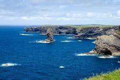 Kilkee峭壁在Co.克莱尔,爱尔兰的 在Ballyvaughan, Co.Clare,爱尔兰附近的大西洋海岸线 半岛在西部克莱尔,爱尔兰 图库摄影