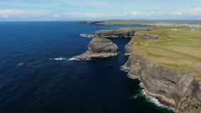 Kilkee峭壁在爱尔兰-鸟瞰图的大西洋海岸的 影视素材