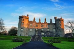 Kilkenny slott och trädgårdar i aftonen Arkivbild