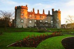 Kilkenny slott och trädgårdar i aftonen Royaltyfri Fotografi
