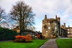 Kilkenny slott och trädgårdar i höst i Irland Royaltyfri Bild