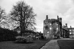 Kilkenny slott och trädgårdar i höst i Irland Arkivbild
