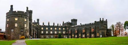 Kilkenny slott under dagen i Irland Royaltyfria Bilder