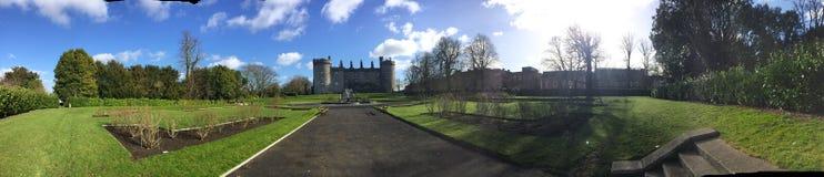 Kilkenny slottpanorama av landskapet runt om det Arkivbilder