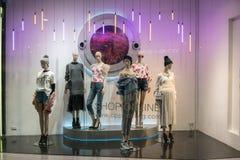 KILLAR shoppar på Emquatier, Bangkok, Thailand, November 17, 2017 Royaltyfria Bilder