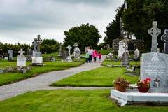 KILLARNEY IRLAND - AUGUSTI 20, 2017: Aghadoe kyrka och runt torn i Killarney Irland Arkivbilder