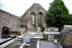KILLARNEY IRLAND - AUGUSTI 20, 2017: Aghadoe kyrka och runt torn i Killarney Irland Arkivbild