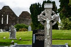 KILLARNEY IRLANDIA, SIERPIEŃ, - 20, 2017: Aghadoe kościół i Round wierza w Killarney Irlandia Zdjęcia Royalty Free