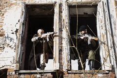 Killer öffnete Feuer, nachdem er im ruinierten Haus sich versteckt hatte Stockfoto
