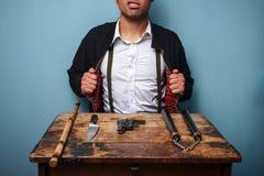 Killer, der seine Waffen vorführt Stockfotografie