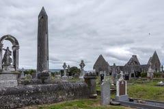 Kilmacduagh kloster - Galway - Irland Arkivbilder