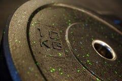 10 kilo podpisu przy czarnym ciężaru talerzem Zdjęcie Royalty Free