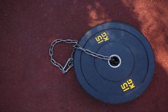 15 Kilogramm Werkzeuge für Übungen mit Kette auf Rot Lizenzfreies Stockbild