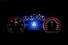 Kilomètrage léger moderne de voiture sur le fond noir TSI image libre de droits