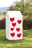Kilomètre blanc de pilier avec en forme de coeur rouge en parc Photo libre de droits