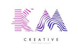Kilomètre K M Zebra Lines Letter Logo Design avec des couleurs magenta Images libres de droits