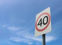 40 kilometer ett tecken för hastighet för timmevägsäkerhet Fotografering för Bildbyråer