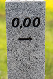 Kilometer i början av gatan med 0,00 Arkivfoton