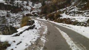 84 kilometer lang Mughal-Road dat het district van Rajouri & Poonch-in het Jammu-gebied aan Shopian-district verbindt Royalty-vrije Stock Afbeeldingen