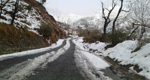 84 kilometer lang Mughal-Road dat Rajouri verbindt Royalty-vrije Stock Fotografie