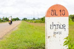 10 kilometer milstolpe och riktningstecken till Pakson till Pakse, La Royaltyfri Fotografi