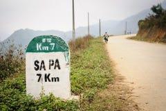7 kilometer milstolpe till SAPA, Vietnam Arkivfoton