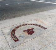 Kilometer noll undertecknar in den Puerta del Sol fyrkanten, Madrid Arkivbild