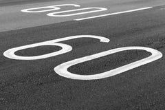 60 Kilometer pro Stunde Höchstgeschwindigkeitsfahrbahnmarkierung Lizenzfreies Stockfoto