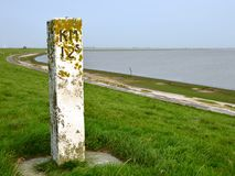 Kilometerbeitrag auf Graben entlang dem Dollard in Groningen lizenzfreie stockfotos