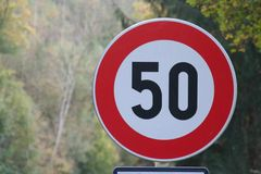 50 kilometrów, drogowego znak, rewolucjonistki i białego, Europa Zdjęcia Stock