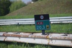 Kilometrage подписывает внутри знак зеленого цвета и скорости на черноте на самом коротком шоссе в Нидерландах, A38 с длиной 2 km Стоковое Изображение RF