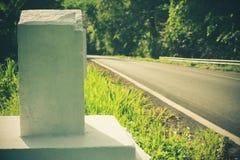 Kilometru markier zrobi cement na drogi stronie Zdjęcia Royalty Free