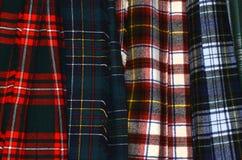 Kilts de suspensão coloridos sortidos da tartã fotografia de stock royalty free