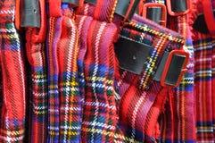 Kilts escoceses vermelhos com curvatura de correia fotografia de stock