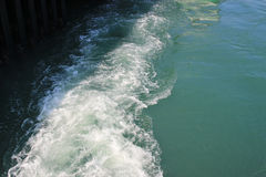 Kilwater statek wycieczkowy na otwartym oceanie Obrazy Stock