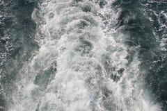Kilwater statek wycieczkowy na otwartym oceanie Zdjęcia Royalty Free