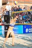 Kim Behrens de Alemanha que passa a bola na rede Fotografia de Stock