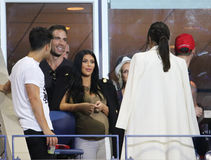 Kim Kardashian deltar i den US Opentennismatchen 2015 mellan Serena och Venus Williams royaltyfria bilder