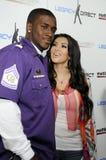 Kim Kardashian und Reggie Bush, der Phasen aussieht. lizenzfreies stockbild