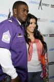 Kim Kardashian und Reggie Bush, der Phasen aussieht. stockbild