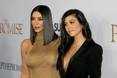 Kim Kardashian West e Kourtney Kardashian imagens de stock