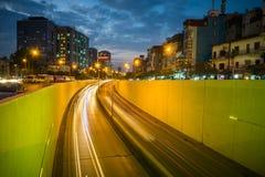 Kim Lien ruchu drogowego tunel przy zmierzchem w Hanoi, Wietnam Zdjęcie Royalty Free