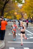 Kim Smith (de V.S.) dat door Sabrina Mockenhaupt (Duitsland) wordt gevolgd stelt de 2013 NYC Marathon in werking Stock Foto's