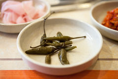 Kimchi coreano de las pimientas de chile en una placa Fotografía de archivo