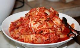 Kimchi in een witte plaat Royalty-vrije Stock Afbeeldingen